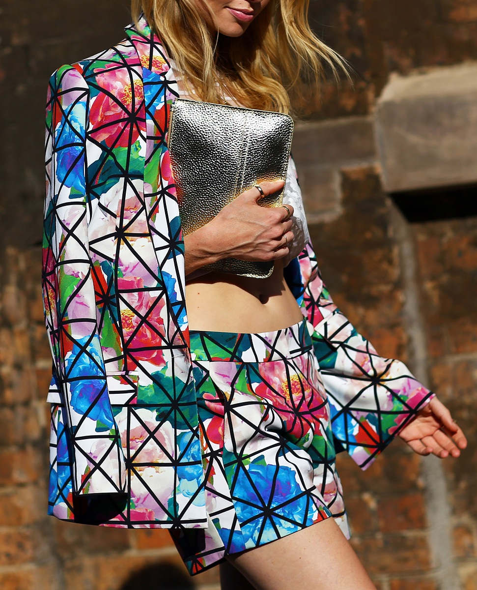 street-style-oversized-floral-prints-shorts-suit-graphic-print-lines-over-floral-print-jacket-and-shorts
